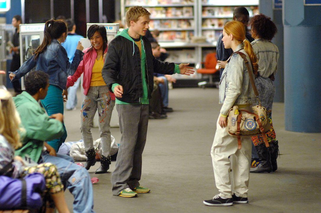 Im Jahr 1989 lernt Nadia (Elena Satine, r.) den jungen Cyrus (Dustin McCamie M.) kennen. Die beiden verstehen sich auf Anhieb und sind unzertrennlic... - Bildquelle: Warner Bros.