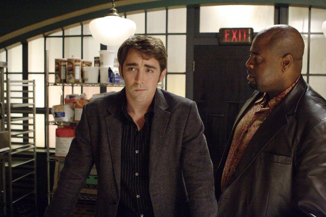 Eine schwierige Entscheidung: Ned (Lee Pace, l.) hadert damit, ob er Emerson Cod (Chi McBride, r.) eine Bitte erfüllen soll ... - Bildquelle: Warner Brothers