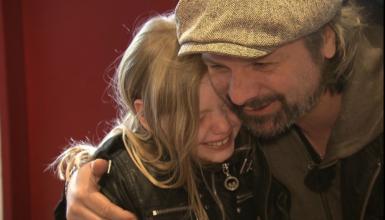 Glücksschreie, Freudentränen und strahlende Kindergesichter. Henning Wehland (r.) erfüllt Julia (l.) einen ganz besonderen Wunsch ... - Bildquelle: SAT.1