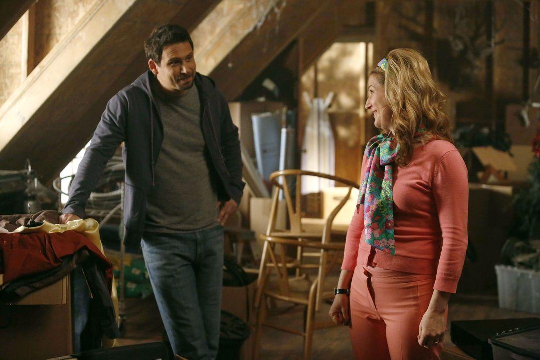 George (Jeremy Sisto, l.) möchte sein Haus verkaufen und mit seiner Freundin zusammenziehen. Sheila (Ana Gasteyer, r.) hilft ihm dabei,  Interessent... - Bildquelle: Warner Brothers