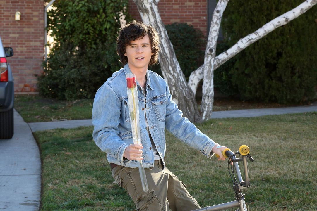 Axl (Charlie McDermott) ist bei Cassidys Familie zum Essen eingeladen und freut sich darauf, Zeit mit seiner Freundin zu verbringen. Doch die Freude... - Bildquelle: Warner Brothers