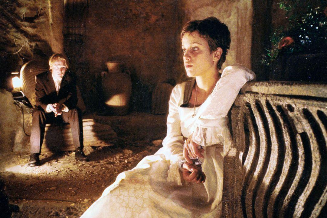 Der Psychopath Jürgen (Pierre Besson, l.) hat Bea (Muriel Baumeister, r.) im Kirchenkeller gefesselt. Er schaltet die Belüftung der Gruft ab und wil... - Bildquelle: Baus Sat.1