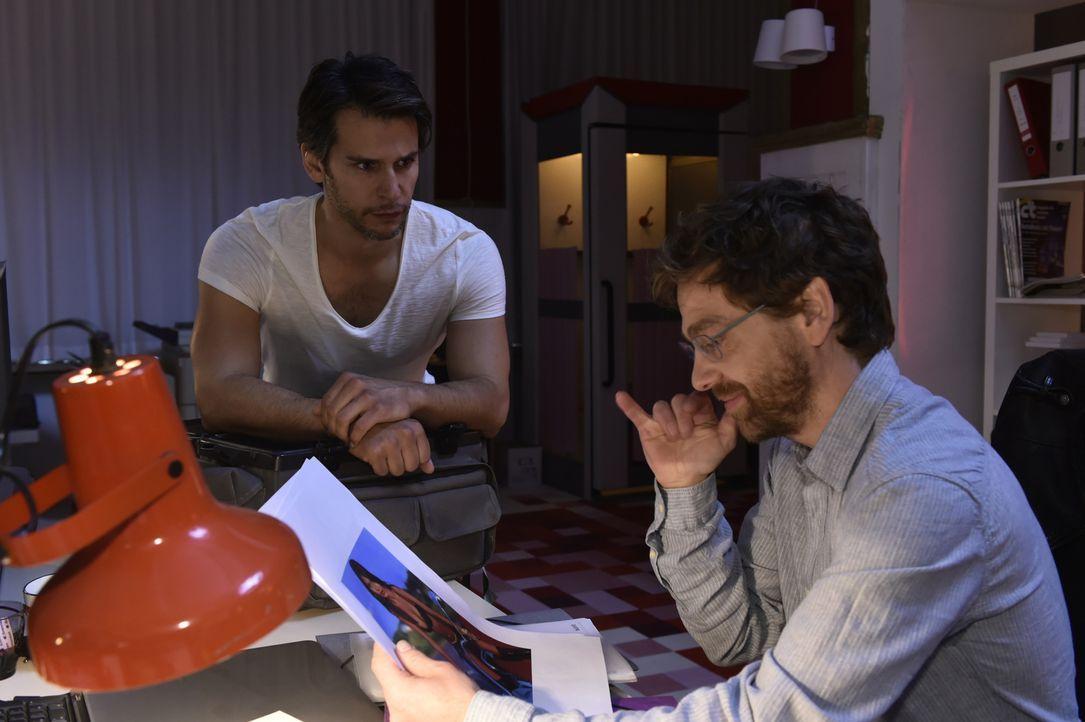 Rudi (Andreas Nickl, r.) muss Nick (Florian Oderdahl, l.) klarmachen, dass er mehr oder weniger pleite ist ... - Bildquelle: Claudius Pflug SAT.1