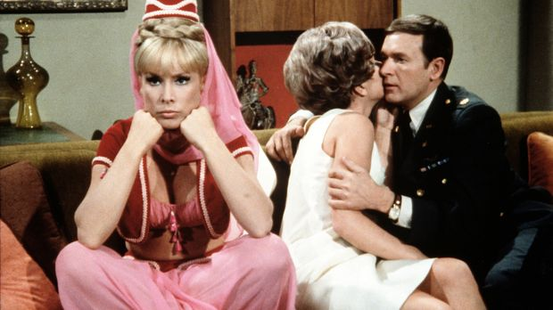 Roger (Bill Daily, r.) rät Jeannie (Barbara Eden, l.), so zu tun, als sei sie...