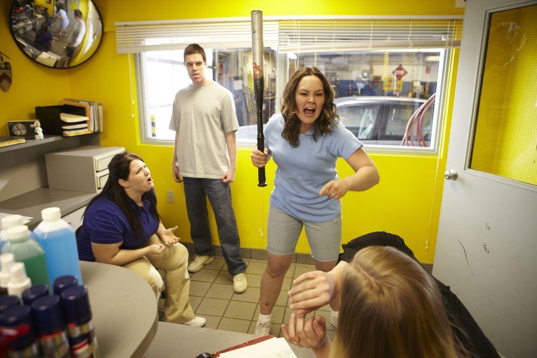 Werden Edward (2.v.l.) und Shelly (2.v.r.) die beiden Cousinen Tabitha (r.) und Christy (l.) umbringen? - Bildquelle: Ian Watson Cineflix 2014