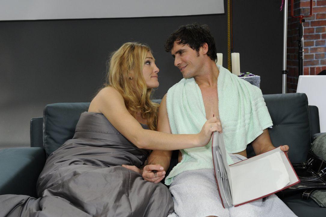 Während Mia versucht, Alexander (Paul Grasshoff, r.) zu vergessen, bemüht sich Annett (Tanja Wenzel, l.), ihn soweit zu bringen, Davids Vertrag zu... - Bildquelle: SAT.1