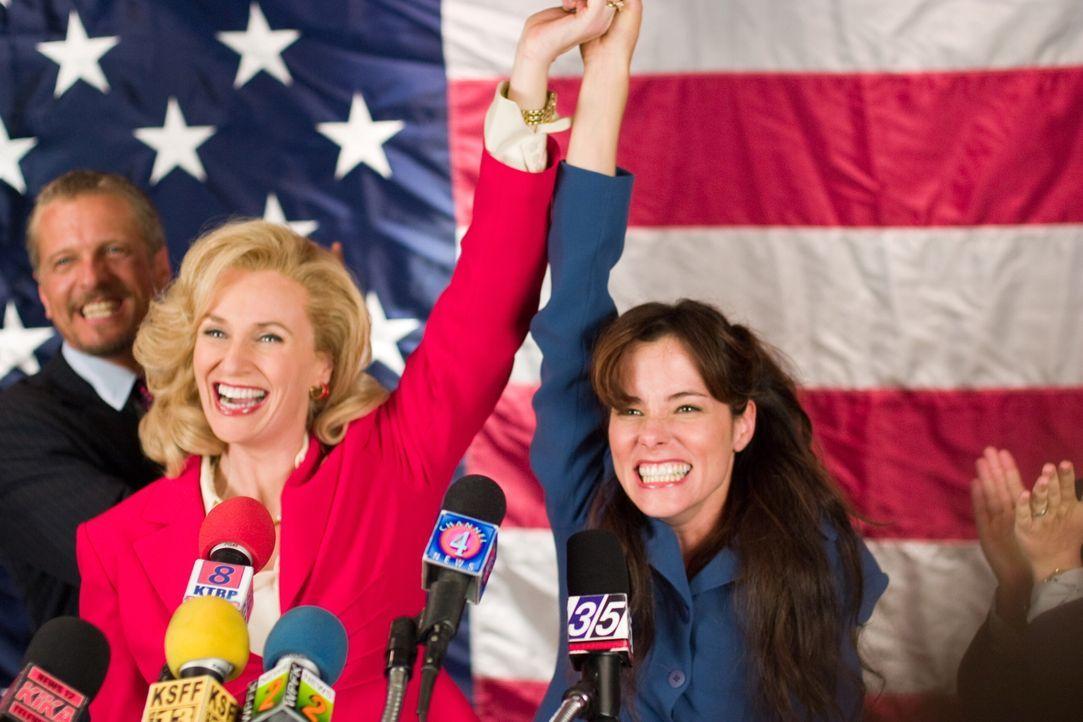 Senatorin Kay Bee Hartmann (Jane Lynch, l.) und Becky (Parker Posey, r.) haben allen Grund zum Feiern ... - Bildquelle: Warner Bros.