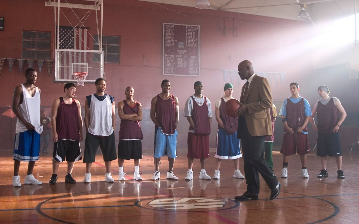 Um einem alten Freund einen Gefallen zu tun, übernimmt Coach Carter (Samuel L. Jackson, vorne) das Training der Basketballmannschaft einer Highschoo... - Bildquelle: CBS International Television