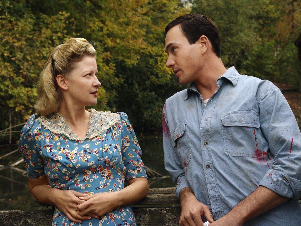 Im Süden der USA findet Noah (Chris Klein, r.) bei der Witwe Eleanor (Gretchen Mol, l.) eine Unterkunft, doch die schrecklichen Erinnerungen des ju... - Bildquelle: 2006 Hallmark Hall of Fame Productions, Inc.