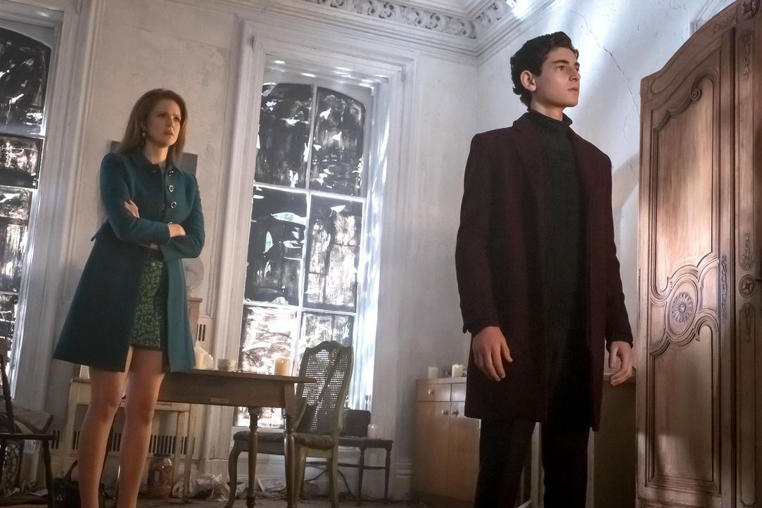 Der Virus bringt Barnes dazu, zahlreiche Verbrecher zu ermorden. Gordon ist ihm auf der Spur, während Bruce (David Mazouz, r.) und Selina durch Ivy... - Bildquelle: Warner Brothers