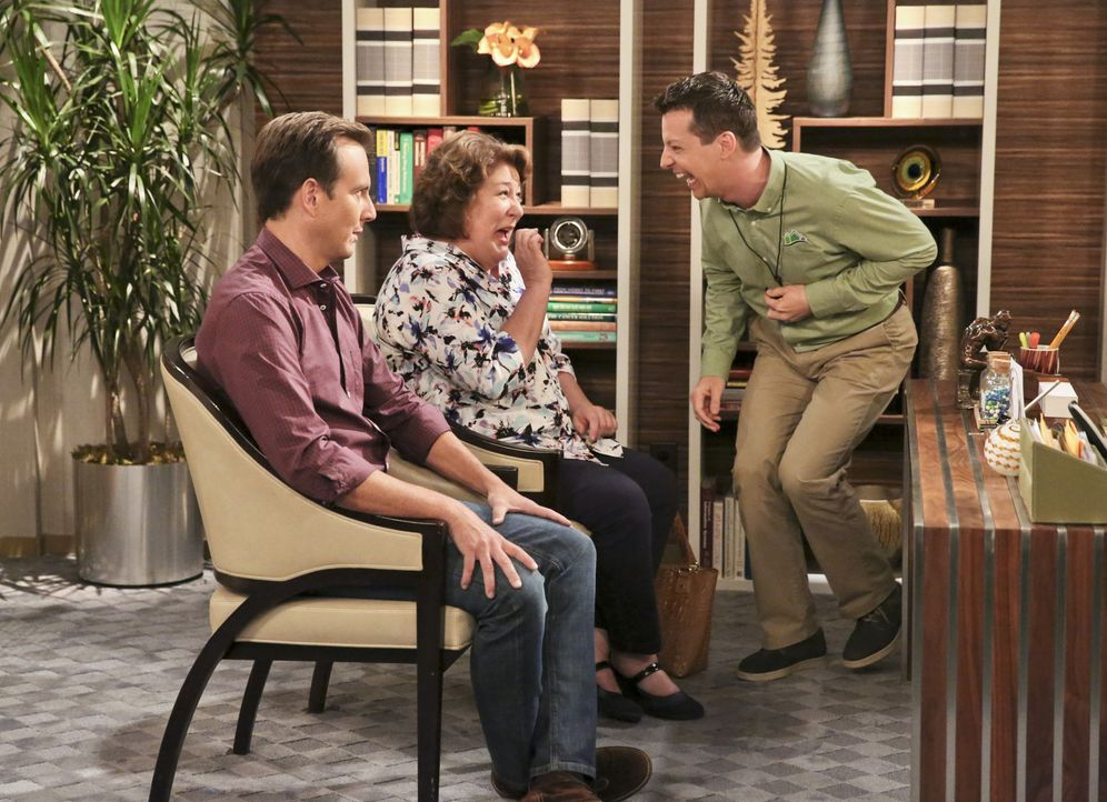Nathans (Will Arnett, l.) Plan, seine Mutter ins Seniorenheim zu verfrachten, geht nach hinten los, denn Carol (Margo Martindale, M.) und Kip (Sean... - Bildquelle: 2014 CBS Broadcasting, Inc. All Rights Reserved.