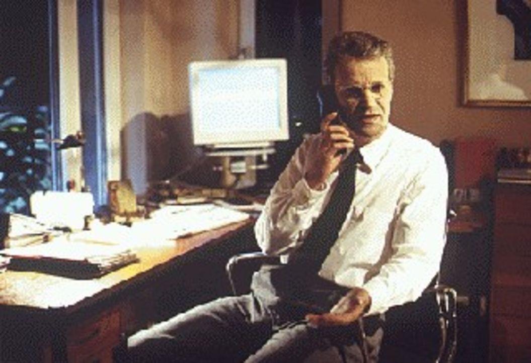 Thomas Bosch (Peter Sattmann), Geheimagent im Auftrag der Regierung, hält sich zu Recherchen in Neapel auf ... - Bildquelle: Thomas Böhme Sat.1