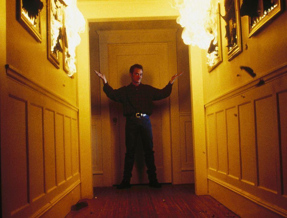 Scully traut ihren Augen nicht: Cecil Lively (Mark Sheppard), der sich als Gärtner bei Lord Malcolm eingeschlichen hat, entzündet allein durch die... - Bildquelle: TM +   Twentieth Century Fox Film Corporation. All Rights Reserved.