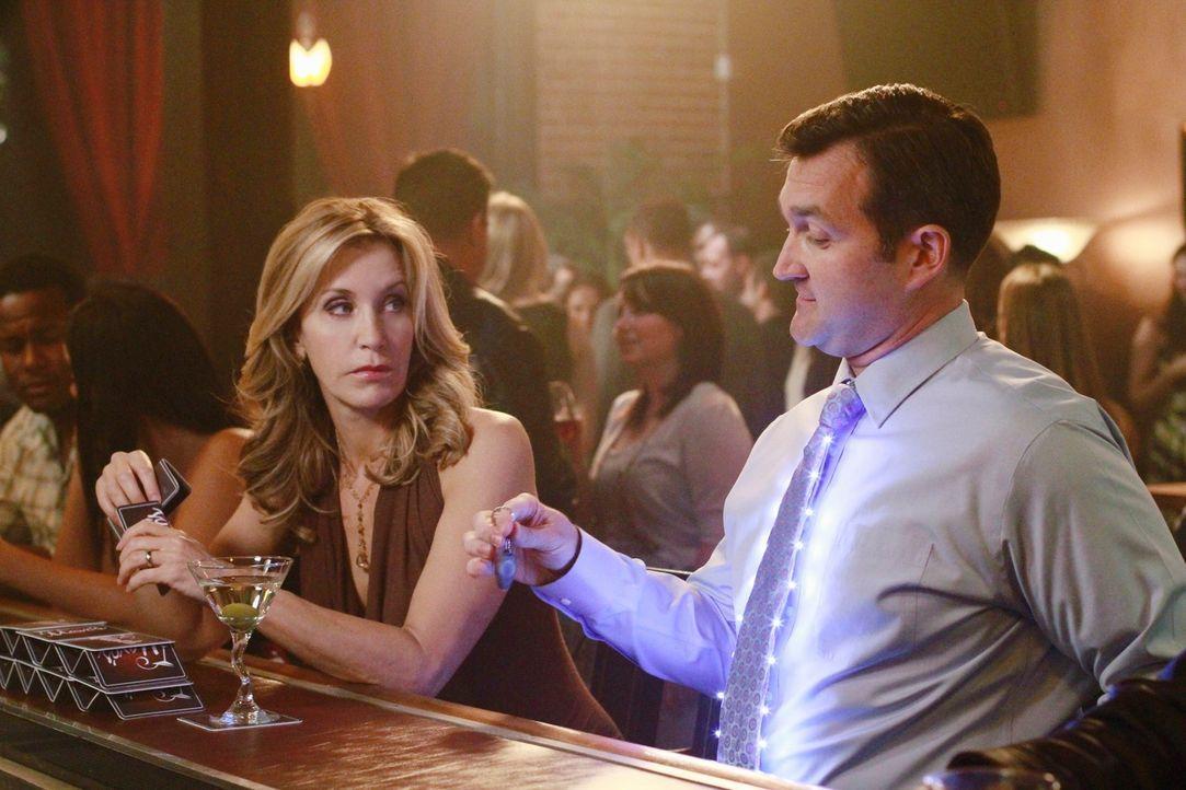 Lynette (Felicity Huffman, l.) testet ihren Marktwert und bei Damon (Bill Coelius, r.) scheint sie gepunktet zu haben ... - Bildquelle: ABC Studios