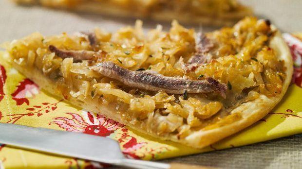 Stückchen Zwiebelkuchen mit Sardellen