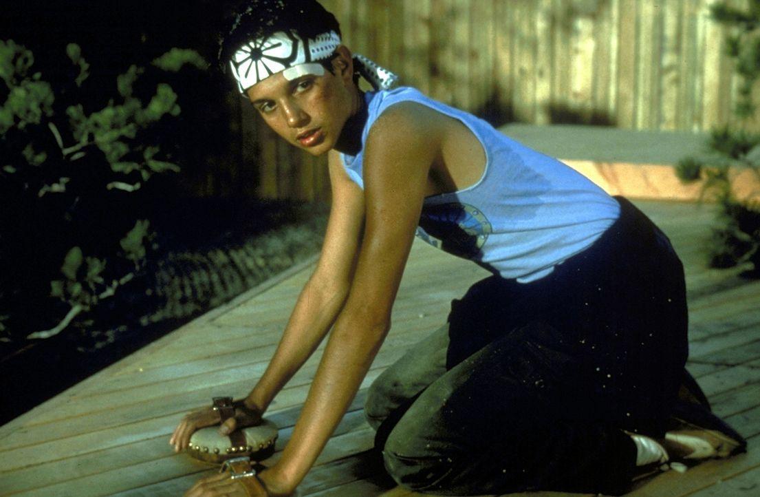 Daniel (Ralph Macchio) zweifelt die Trainingsmethoden seines Lehrers an, doch dann stellen sich erste Erfolge ein ... - Bildquelle: Columbia Pictures