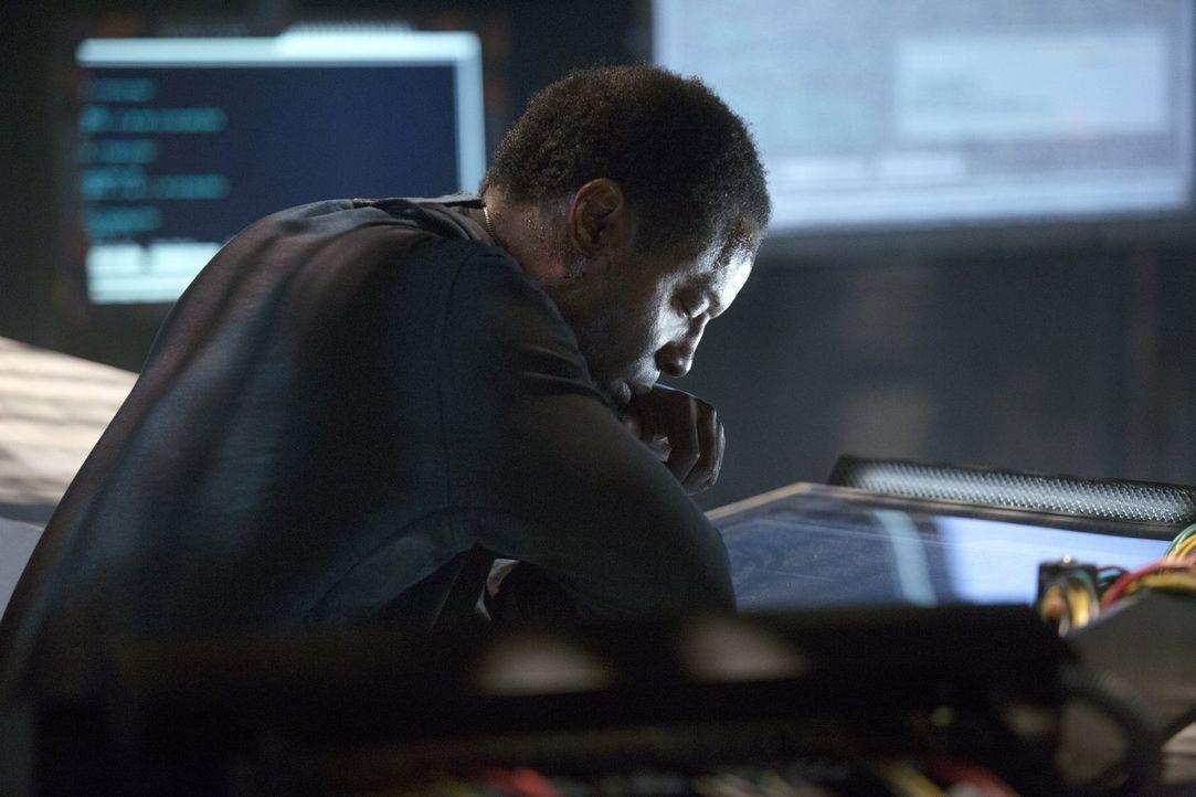 Die Situation auf dem Raumschiff verschlechtert sich zusehends und Kanzler Jaha (Isaiah Washington) muss eine Lösung finden ... - Bildquelle: Warner Brothers