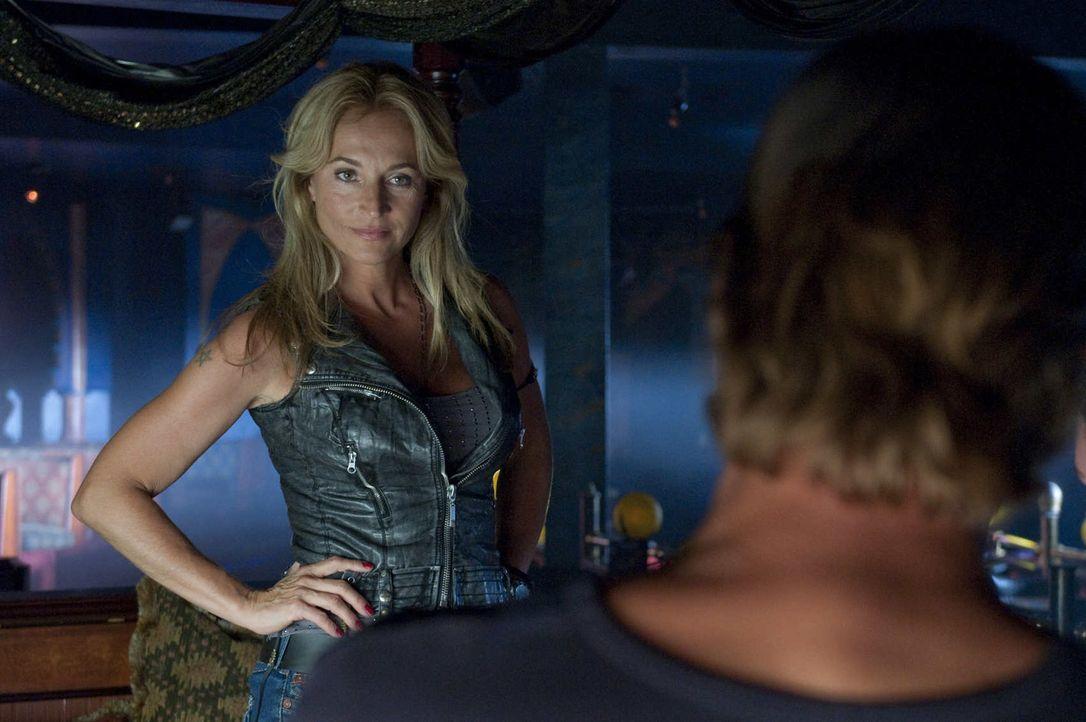 Die Chefin des Strippclubs, Beate Kampmann (Caroline Beil), nahm Rene die Aufgabe des Vortänzers weg und gab sie stattdessen Frank. Musste deshalb d... - Bildquelle: Martin Rottenkolber SAT.1