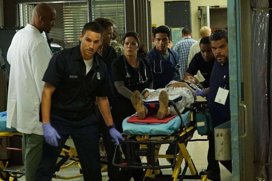 Können Dr. Campbell (Boris Kodjoe, l.), Willis (Rob Lowe, 3.v.l.), Dr. Rorish (Marcia Gay Harden, M.), Dr. Dixon (Noah Gray-Cabey, 3.v.r.) und Salla... - Bildquelle: Monty Brinton 2015 ABC Studios