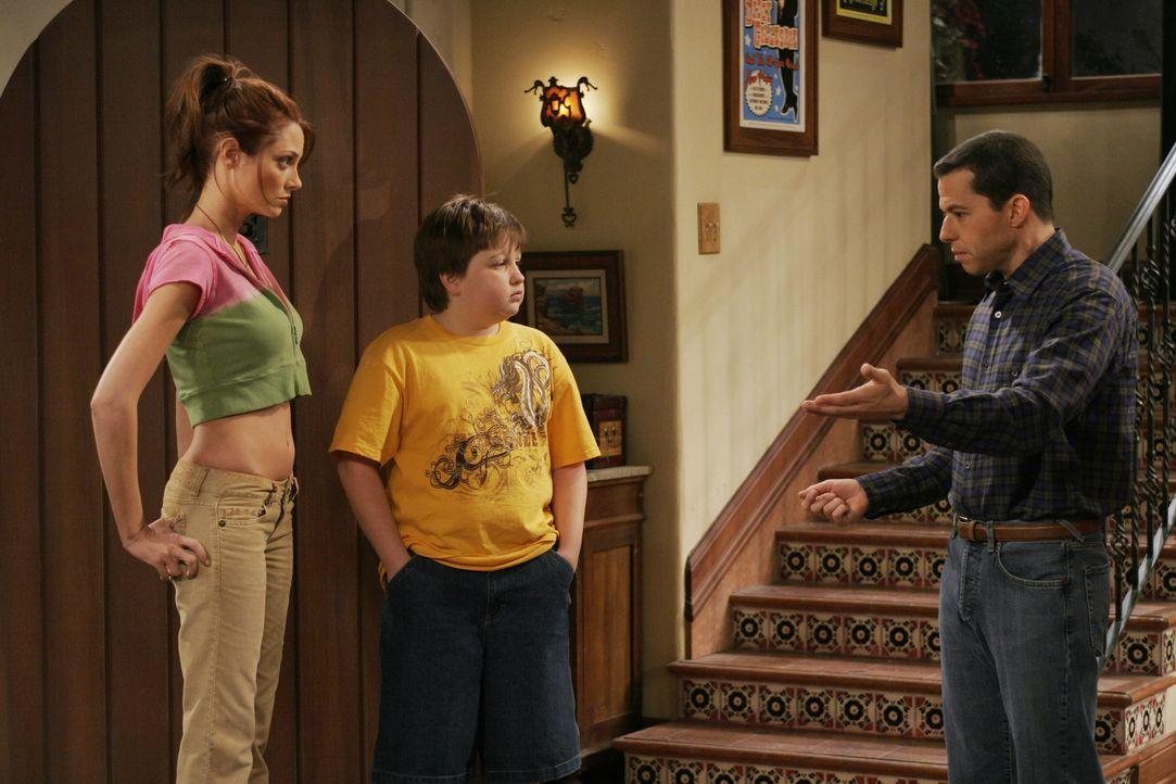 Kurz vor Jakes (Angus T. Jones, M.) zwölftem Geburtstag meldet sich Alans (Jon Cryer, r.) neue Freundin wieder bei ihm. Die sexhungrige Kandi (April... - Bildquelle: Warner Brothers Entertainment Inc.
