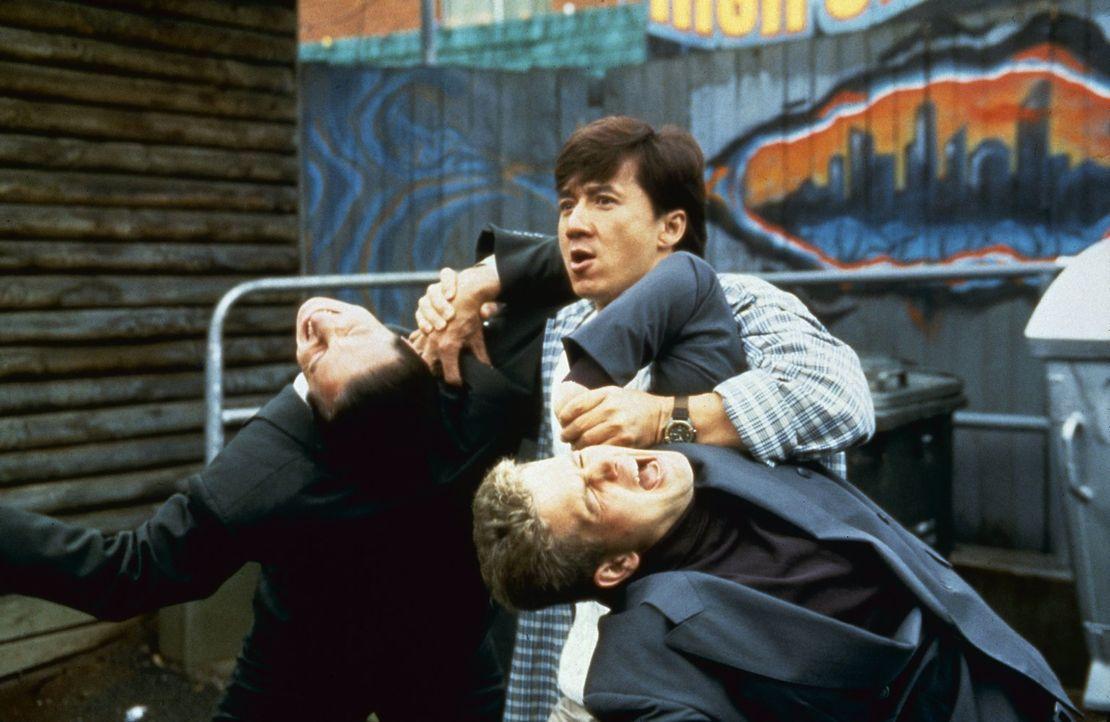 Fernseh-Maître Jackie (Jackie Chan, M.) kennt auch vor großen Fischen keine Angst ... - Bildquelle: Warner Bros.