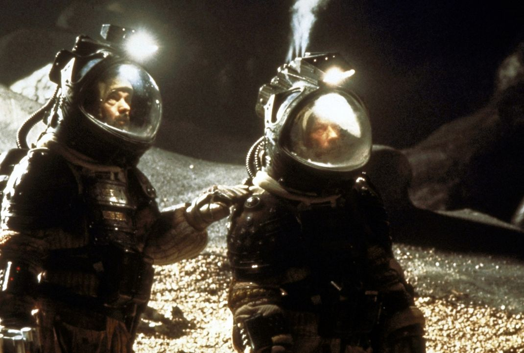 Mutig betreten Captain Dallas (Tom Skerritt, l.) und Kane (John Hurt, r.) das biomechanoide Innere des fremdartigen Schiffs. Dort lauert die Katastr... - Bildquelle: 20th Century Fox of Germany