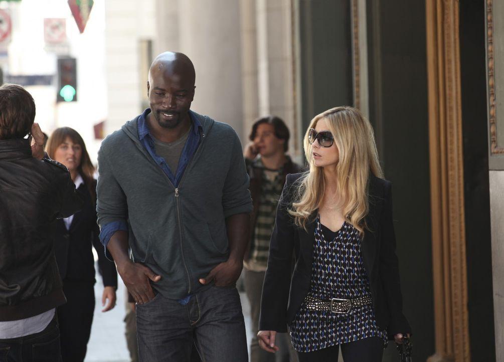 Malcolm (Mike Colter, l.) und Bridget (Sarah Michelle Gellar, r.) können sich nirgends sicher fühlen ... - Bildquelle: 2011 THE CW NETWORK, LLC. ALL RIGHTS RESERVED
