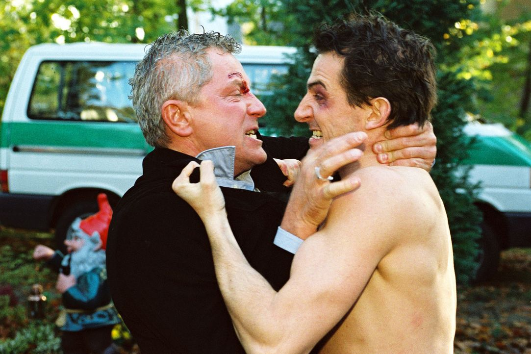 Der junge Arzt Uwe Springer (Hans Werner Meyer, r.) und Prof. Richard Stein (Miroslav Nemec, l.) prügeln sich um eine Frau: Anna Lenz - Bildquelle: Volker Roloff Sat.1
