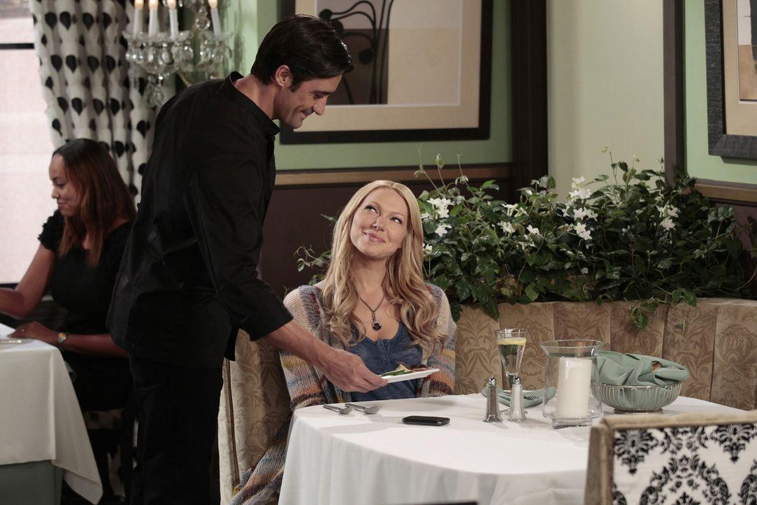 Sloane führt alle in ein schickes französisches Restaurant aus. Chelsea (Laura Prepon, r.) trifft dort den süßen und talentierten Koch Robert (G... - Bildquelle: Warner Bros. Television