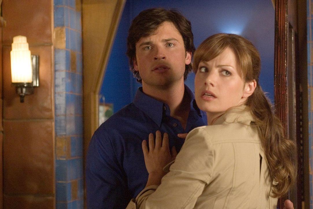 Geraten als frisch gebackene Kollegen in große Schwierigkeiten: Clark (Tom Welling, l.) und Lois (Erica Durance, r.) ... - Bildquelle: Warner Bros