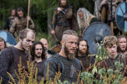 Vikings - Ragnar (Travis Fimmel, M.) rückt mit seinen Männern immer weiter in...