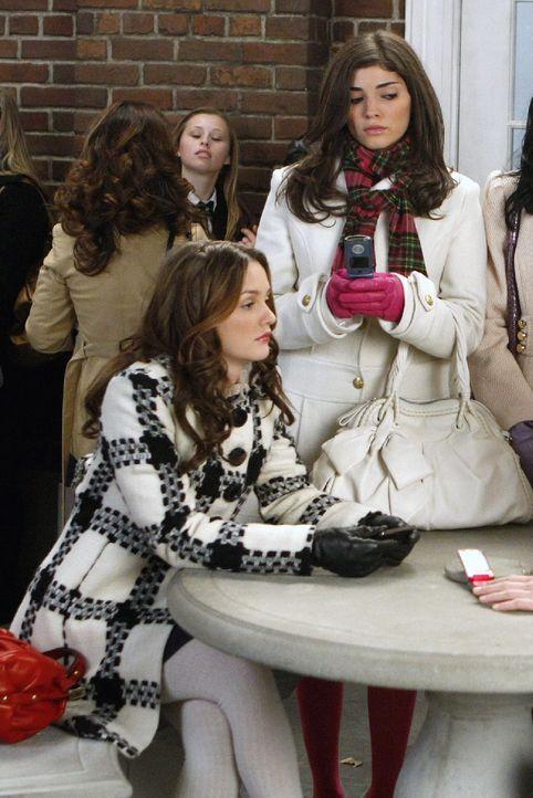 Blair (Leighton Meester, l.) hat erfahren, dass sie nur auf der Warteliste für Yale steht und ist deshalb geschockt. Penelope (Amanda Setton, r.) st... - Bildquelle: Warner Brothers
