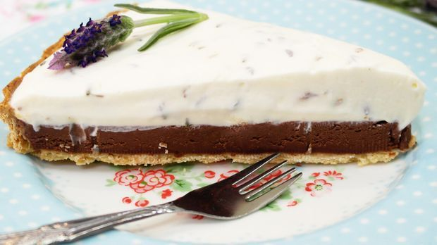 Mürbeteig trifft auf zweierlei Creme: Tarte mit Schokolade und Lavendel