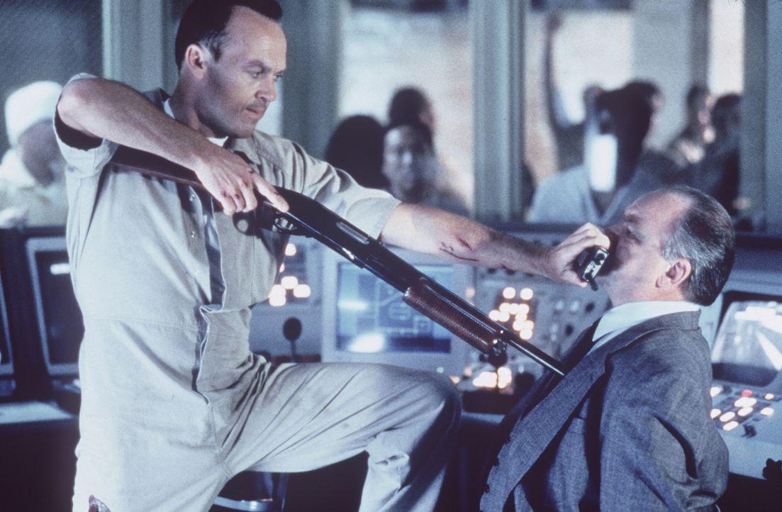 Der Serienkiller McCabe (Michael Keaton, l.) schreckt vor nichts zurück. Er bringt auch noch den schockierten Ed Fayne (Richard Riehle, r.) in sein... - Bildquelle: Sony Pictures Television International. All Rights Reserved.
