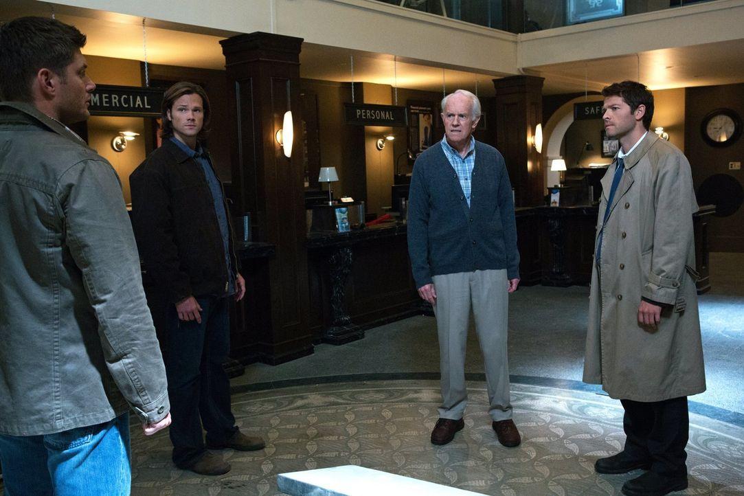 Um die Welt endgültig von den Cartoon-Ereignissen zu befreien, müssen Dean (Jensen Ackles, l.), Sam (Jared Padalecki, 2.v.l.), Fred (Mike Farrell, 3... - Bildquelle: Warner Bros. Television