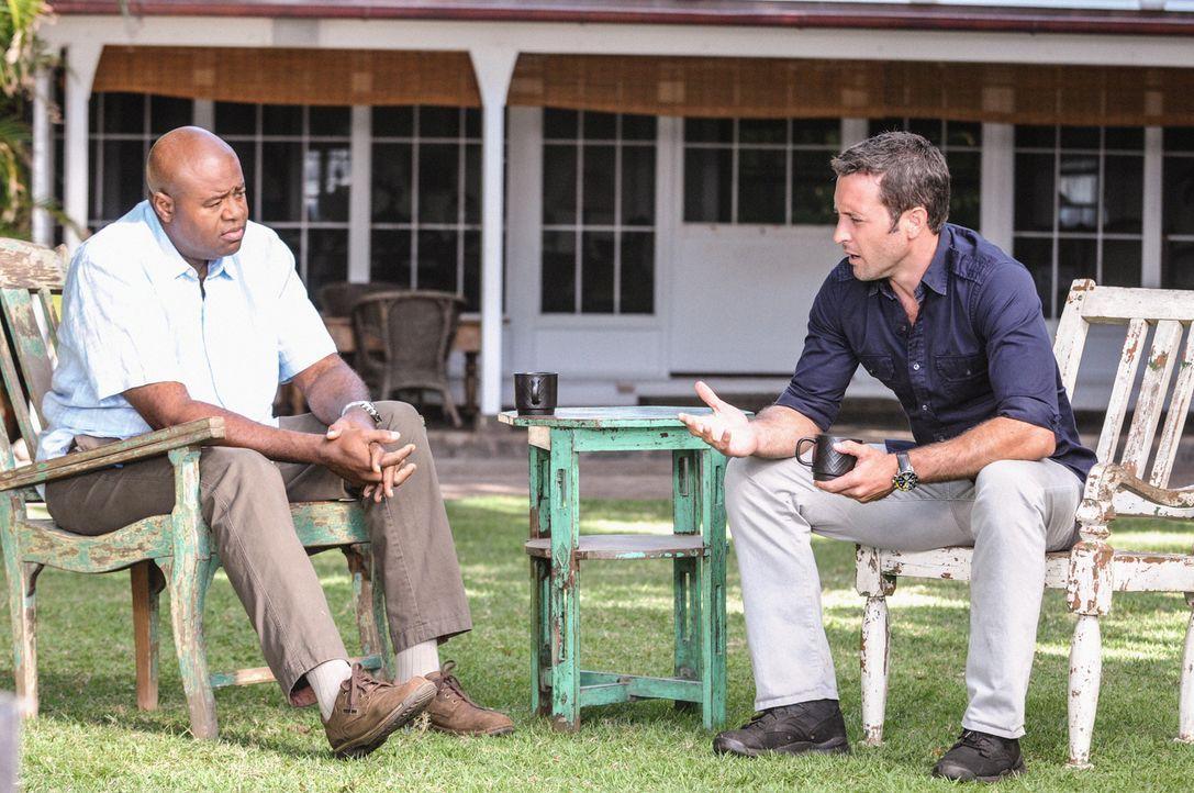 Während Grover (Chi McBride, l.) und Steve (Alex O'Loughlin, r.) ernste Gesprächen führen, muss das Team einen dreifachen Mord aufklären ... - Bildquelle: 2013 CBS Broadcasting Inc. All Rights Reserved