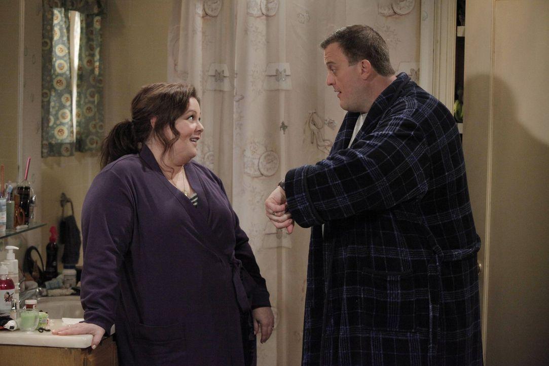 Mike (Billy Gardell, r.) ist völlig besessen davon, mit Molly (Melissa McCarthy, l.) ein Baby zu haben, und hat deshalb einen ganz besonderen Plan .... - Bildquelle: Warner Brothers