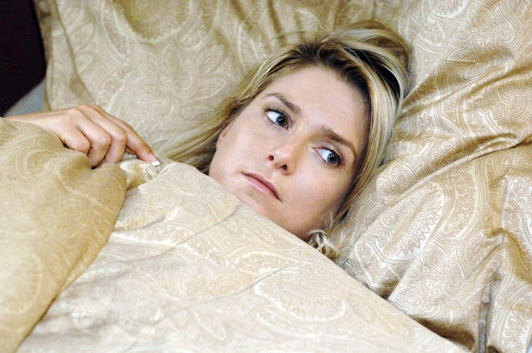 Nachdem Jonas fluchtartig ihr Zimmer verlassen hat, bleibt Anna (Jeanette Biedermann) geknickt zurück. - Bildquelle: Oliver Ziebe Sat.1