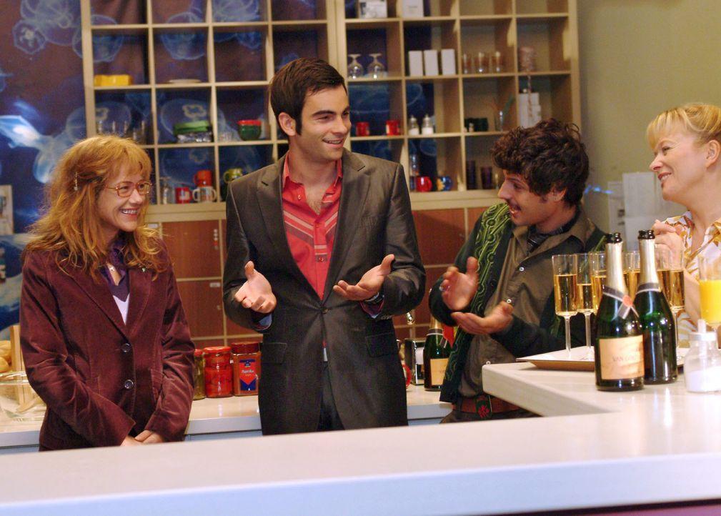 """Lisa (Alexandra Neldel, l.) ist gerührt, als David (Mathis Künzler, M.) Champagner spendiert und daran erinnert, dass sie seit einem Jahr bei """"Kerim... - Bildquelle: Monika Schürle Sat.1"""