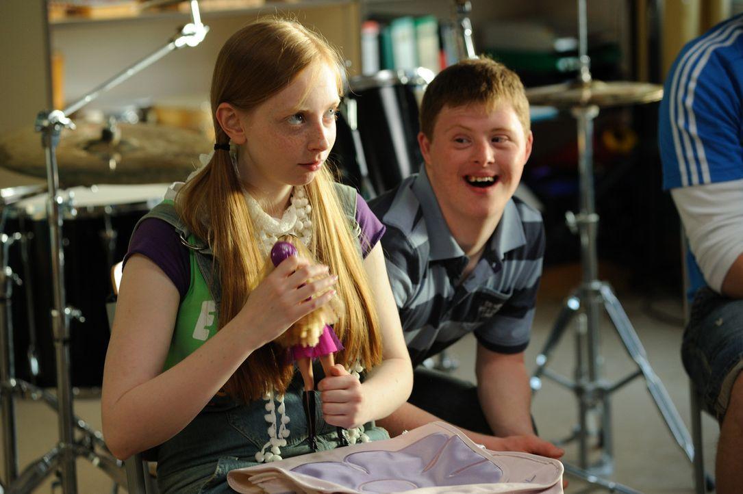 Für Luna (Natascha Lawiszus, l.) und Felix (Felix Brüning, l.) wird ein Traum wahr: Der neue Musiklehrer ist ein großer Fan von Rockmusik und setzt... - Bildquelle: Hardy Spitz SAT.1