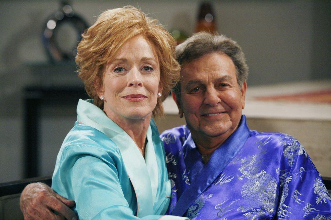 Evelyn (Holland Taylor, l.) hat wieder einmal einen neuen Freund - Teddy (Robert Wagner, r.). Alan und Charlie stehen dem Neuen ihrer Mutter zunäch... - Bildquelle: Warner Brothers Entertainment Inc.