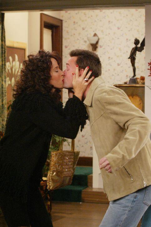 """Um Janice' (Maggie Wheeler, l.) Plan, ins Nachbarhaus von Chandler (Matthew Perry, r.) und Monica zu ziehen, zu durchkreuzen, """"gesteht"""" Chandler Jan... - Bildquelle: 2003 Warner Brothers International Television"""