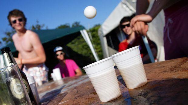 bier-pong-spiel-becher