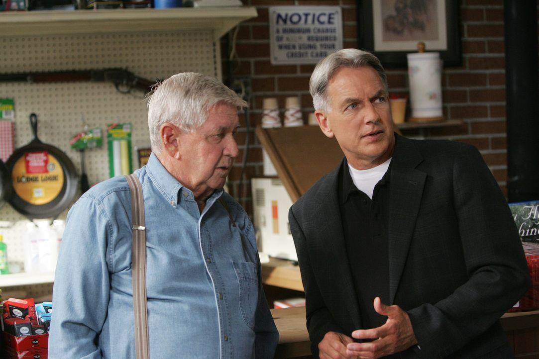 Bei den  Ermittlungen in seiner Heimat trifft Gibbs (Mark Harmon, r.) auf seine Vater (Ralph Waite, l.), mit dem er lange keinen Kontakt mehr hatte... - Bildquelle: CBS Television