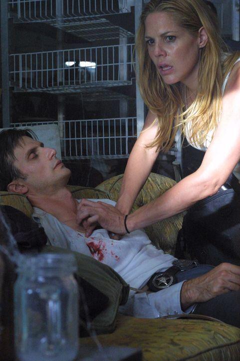 Marshall (Fred Weller, l.) wird bei einer Schießerei an der Schulter getroffen. Kann Mary (Mary McCormack, r.) rechtzeitig Hilfe anfordern? - Bildquelle: USA Network