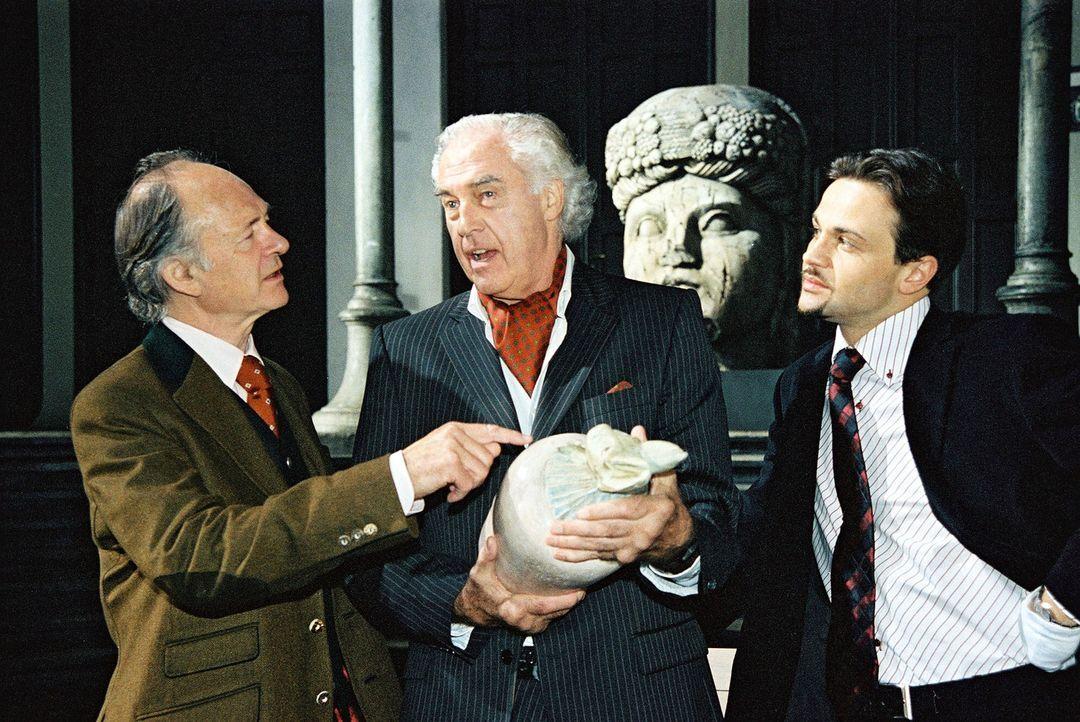 Die Kunsthändler Egon Limbach (Joachim Biszmeier, M.) und Roman Forster (Michael Rotschopf, r.) bekommen von dem Kunstsammler Spencer Davis (David C... - Bildquelle: Ali Schafler Sat.1