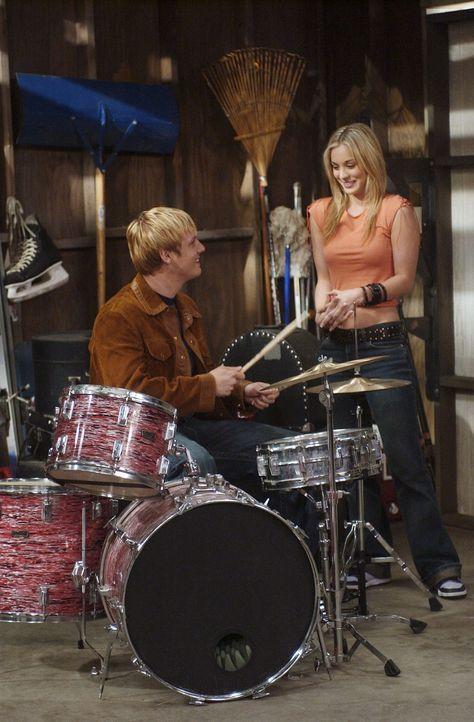 Da Bridget (Kaley Cuoco, r.) unbedingt in einer Girl-Group mitspielen möchte, nimmt sie Schlagzeugunterricht und verliebt sich prompt in ihren Lehr... - Bildquelle: ABC, Inc.