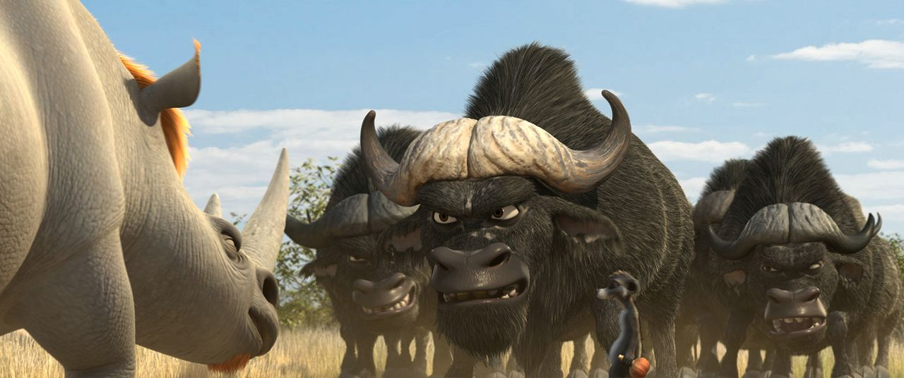 Der Kampf zwischen den Nashörnern unter der Führung von Biggie (l.) und den Büffeln hinter Chino (M.) um das letzte Wasserloch, steigert sich ins... - Bildquelle: Constantin Film Verleih GmbH