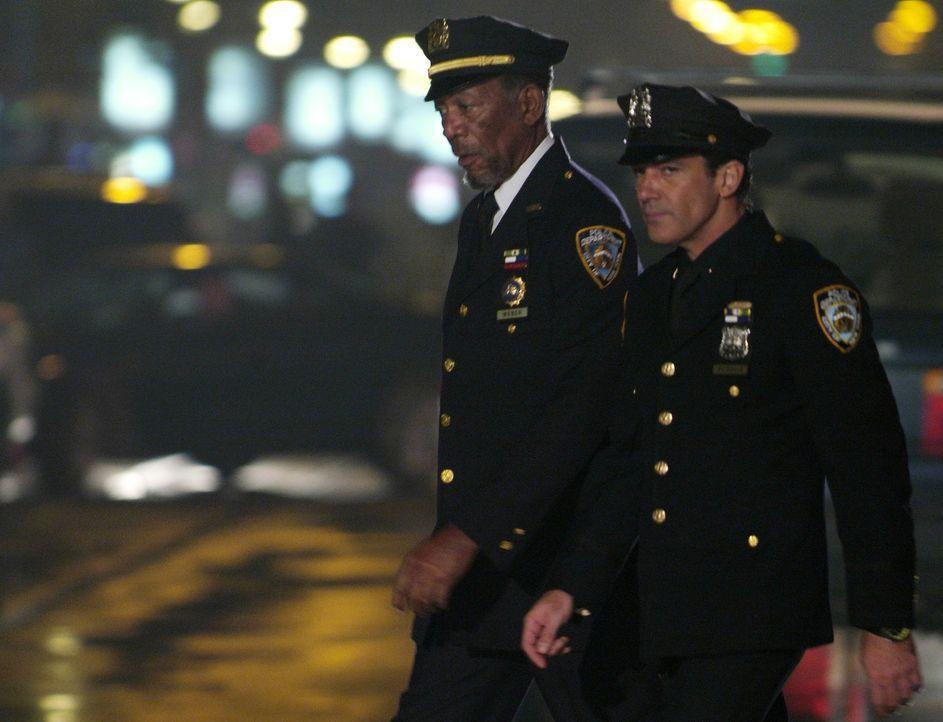 Planen einen gemeinsamen Coup: Ripley (Morgan Freeman, l.) und Gabriel (Antonio Banderas, r.) ... - Bildquelle: Nu Image