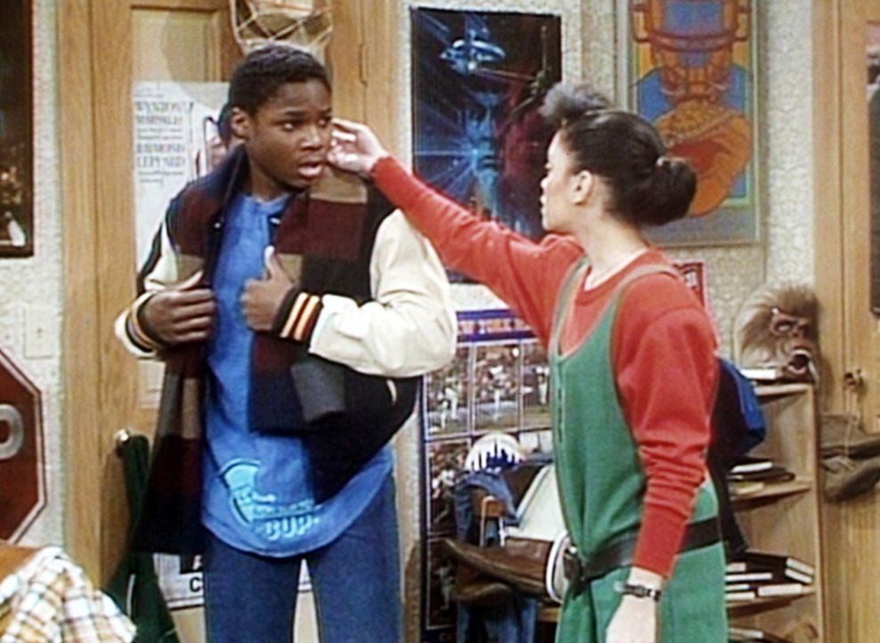 Theo (Malcolm-Jamal Warner, l.) hat sich ein Ohrloch stechen lassen und zeigt es Denise (Lisa Bonet, r.), die feststellt, dass sein Ohr entzündet i... - Bildquelle: Viacom